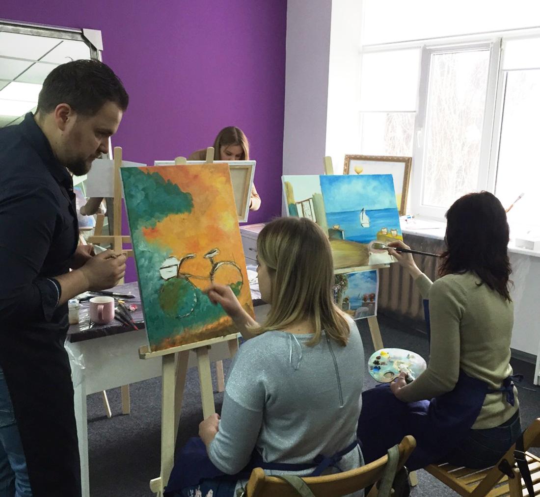 ученики на мастер-классе у художника