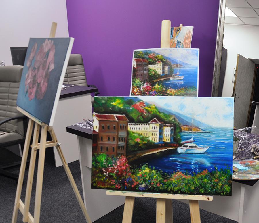 красивая картина на мастер классе с киевским художником